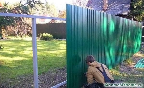 Саморезы под цвет профнастила практически не заметны на заборе