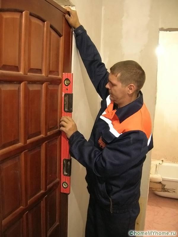 В установке дверей особенно важно соблюдать уровень горизонтали и вертикали