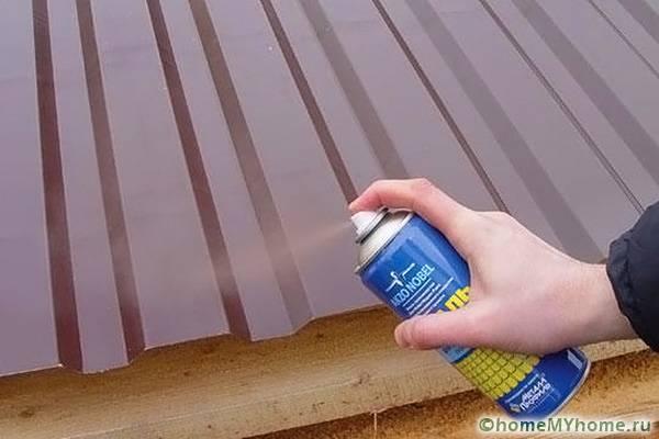 Мелкие дефекты на листе лучше закрасить краской из баллончика