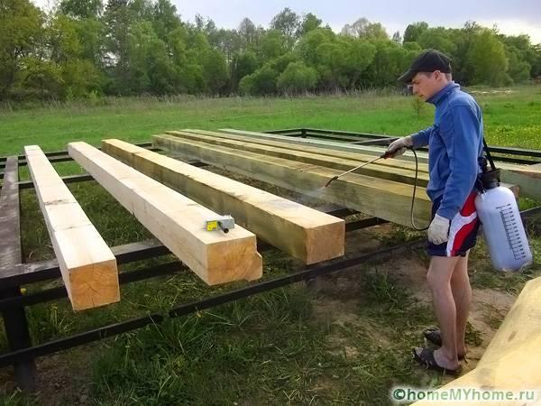 Все элементы деревянной конструкции нужно обработать от насекомых и гнили