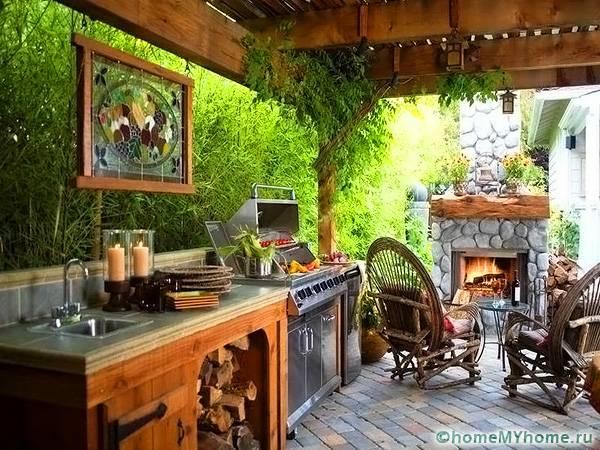 Даже в небольшом помещении с мангалом нужно предусмотреть место для хранения сухих дров