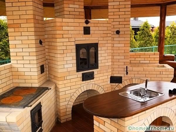 В летней столовой можно предусмотреть мангал и печь одновременно