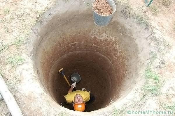 Выгреб должен быть достаточно глубоким, но не доходить до уровня грунтовых вод