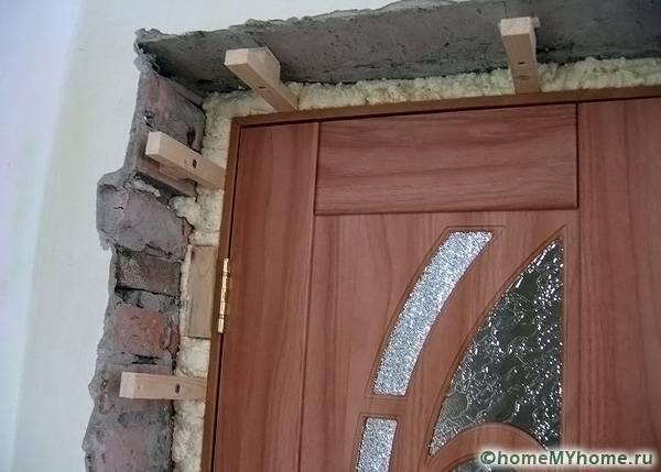 Деревянные распорки зафиксируют конструкцию в проеме