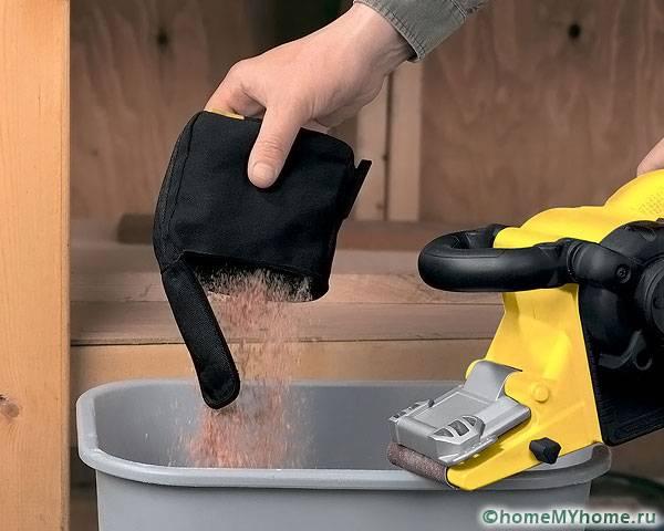Пылесборник не только сохраняет рабочее место мастера в чистоте, но и предохраняет мотор от загрязнения