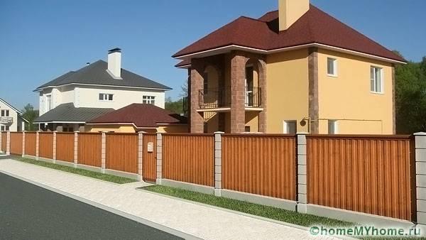Забор из профлиста может иметь секции длиной до трех метров