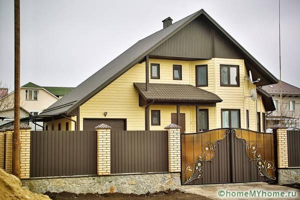 Ограда и фасад дома с использованием одной цветовой гаммы