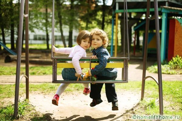 Садовые качели – отличное место для романтических свиданий