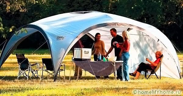 Сезонную кухню можно устроить в шатре