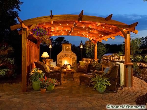 Яркая иллюминация сезонной постройки позволит устраивать поздние ужины у камина