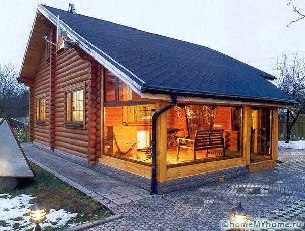 Современный дачный дом с пристроенной верандой