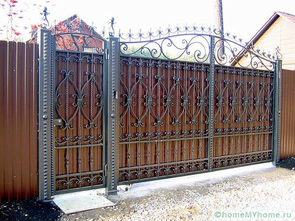 Ворота распашные металлические с калиткой: фото