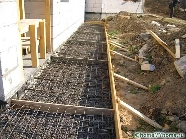 Перед тем, как выполнять заливку бетонной смесью, необходимо уложить арматурные пруты