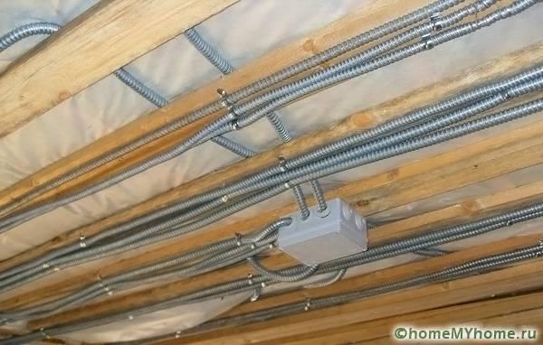 Независимо от способа прокладки в деревянном доме кабели необходимо прокладывать в металлорукаве