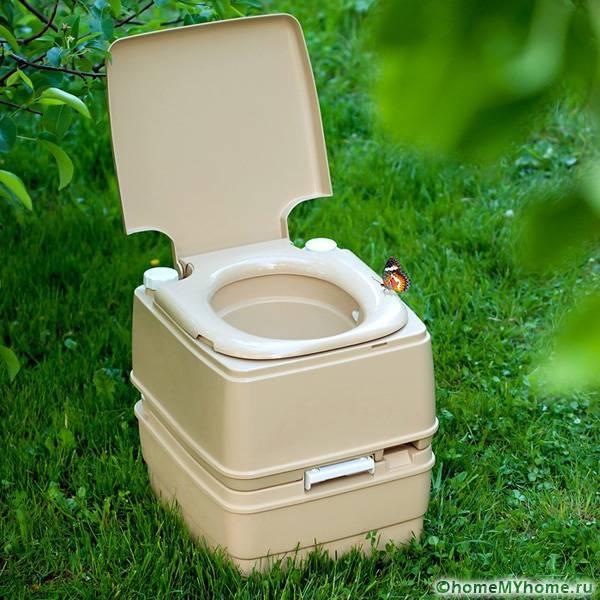 Биотуалет удобен тем, что вам не нужно строить туалет самостоятельно и искать материалы