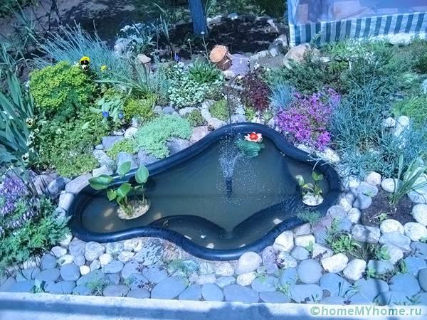 Декорировать водоем можно при помощи пластиковых растений