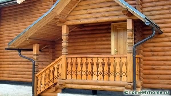 Деревянную конструкцию можно декорировать интересными резными орнаментами