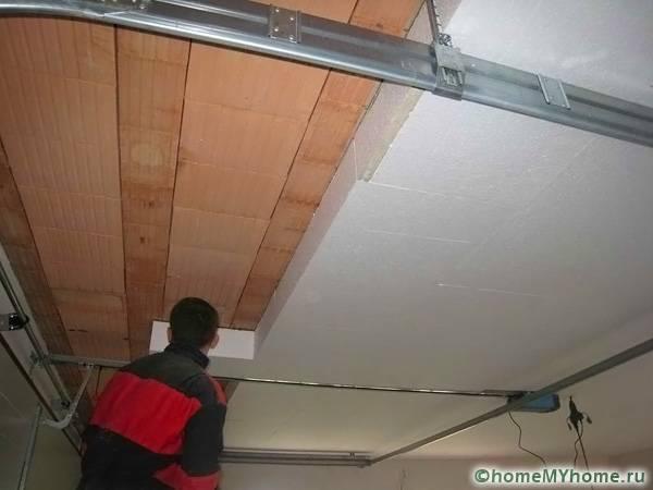 Выполняя утепление потолка на веранде или террасе, можно использовать более легкие стройматериалы