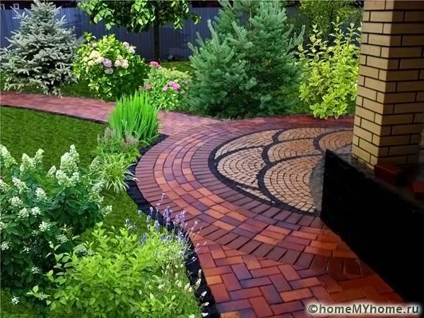 Оригинальная плитка позволяет создать не только качественную отмостку, но и красивые дорожки вокруг дома