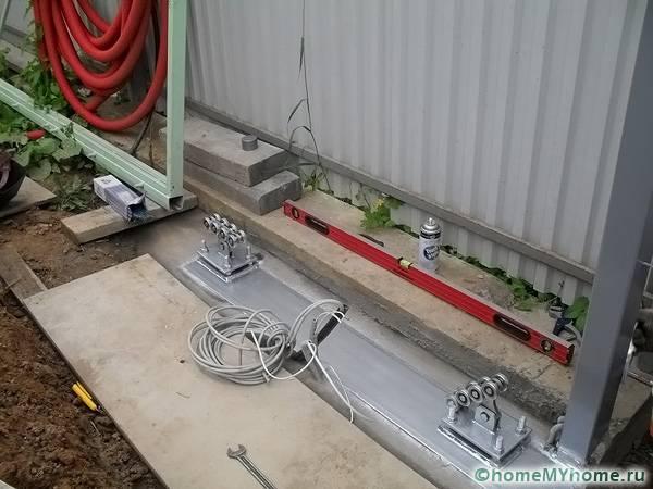 Для сборки конструкции понадобятся специальные инструменты и дополнительные материалы