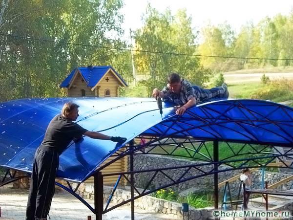 При монтаже крыши может понадобиться специальная страховка