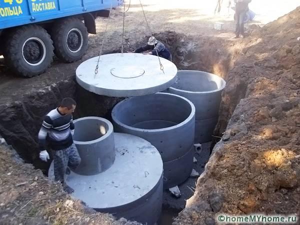 Сооружения из бетонных колец нельзя смонтировать в одиночку. Это габаритные септики, которые необходимо сверху прикрывать специальными плитами с люком