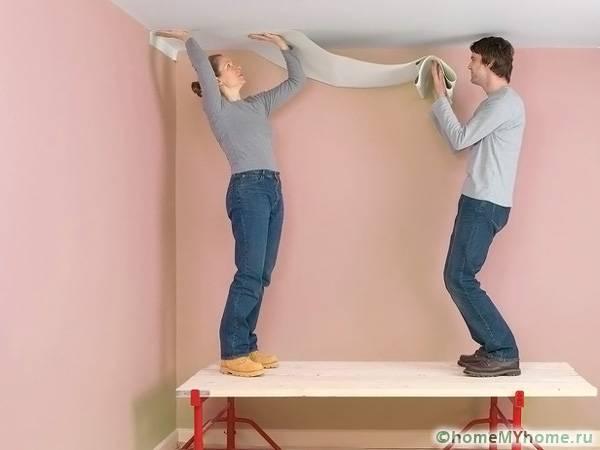Для качественной оклейки потолка вам понадобится помощник