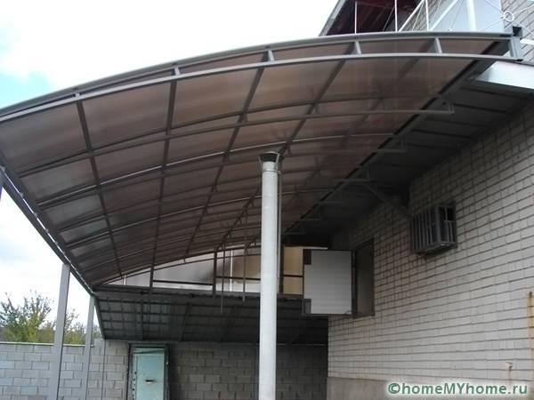 Пристроенная конструкция может быть выполнена из очень прочных и массивных материалов