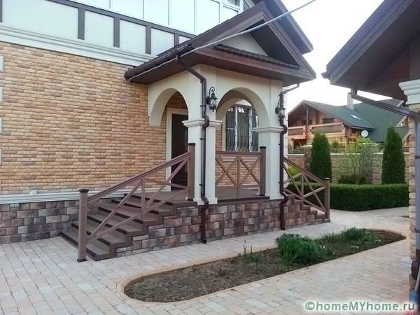 Вариант выбранной конструкции зависит от вида основной постройки и используемых в ней материалов