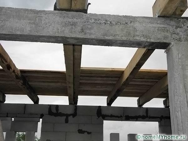 Деревянные лаги в доме из бетонных блоков