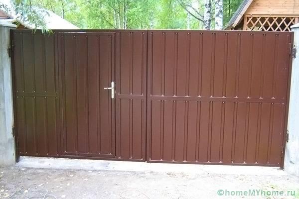 Распашные металлические ворота готовы