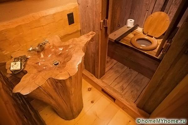 Обычный дачный туалет можно оформить оригинально и стильно