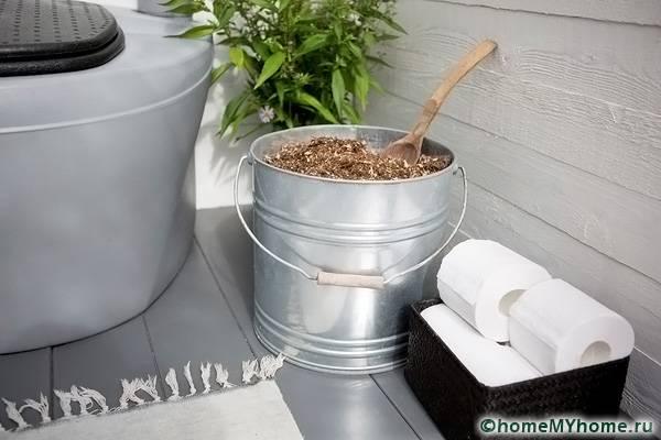 Торфяная смесь помещается в ведро и ставится рядом с туалетом. Насыпать состав можно с помощью лопатки