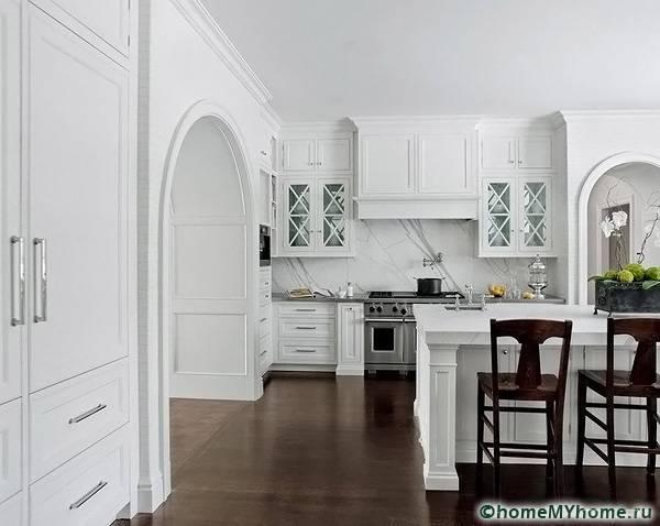 На фото представлена лаконичная арка на светлой и просторной кухне