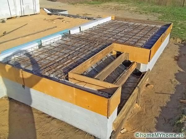 В завершение работ выполняется бетонирование, которое необходимо проводить осторожно, чтобы избежать переделок