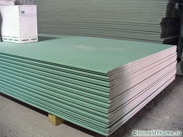 Влагостойкий гипсокартон – отличный вариант в условиях повышенной влажности, который сбережет потолок от разрушения и вздутия