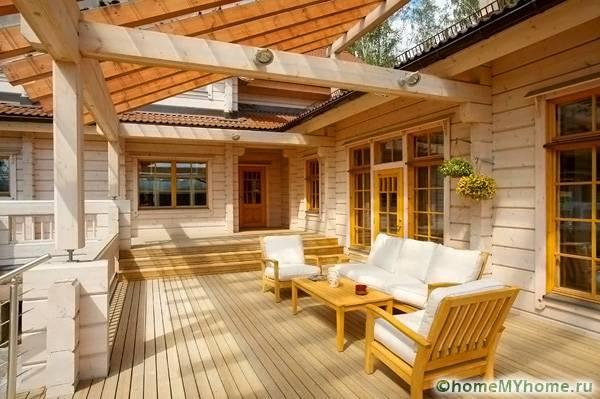 Деревянная постройка с дизайнерским оформлением в виде террасы