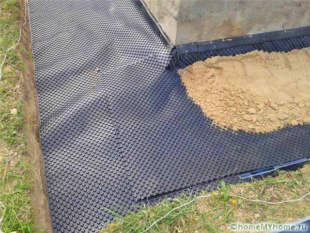 Укладка гидроизоляция с последующей засыпкой и утрамбовкой песка