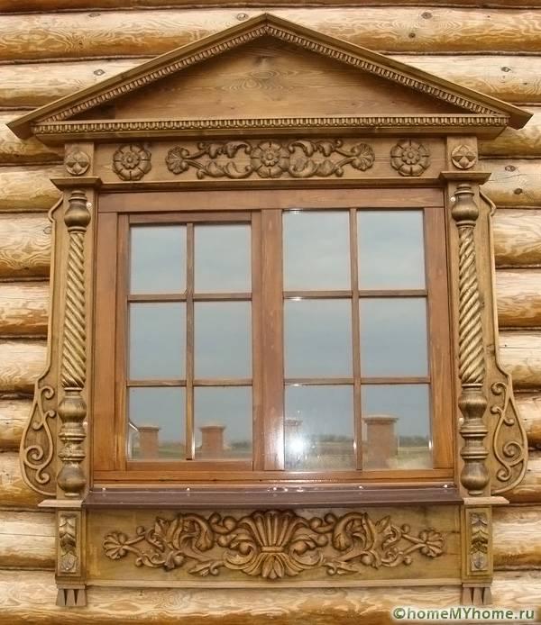 Качественная древесина позволяет оригинально оформить оконный проем