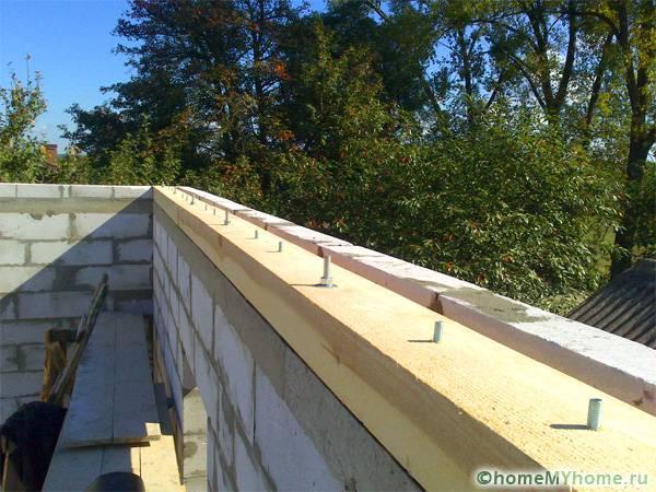 Крепления мауэрлата к стене из пористых бетонных блоков на болты
