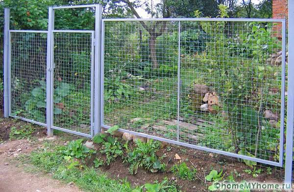Подобные конструкции позволяют быстро и дешево огородить территорию