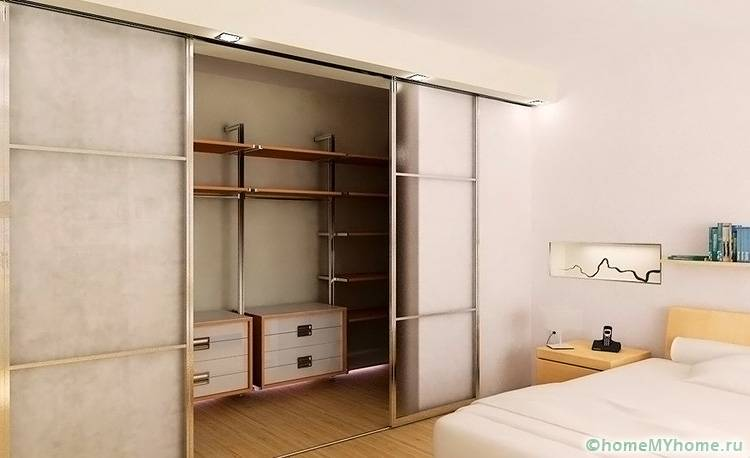 В качестве гардеробной может использоваться вместительный шкаф