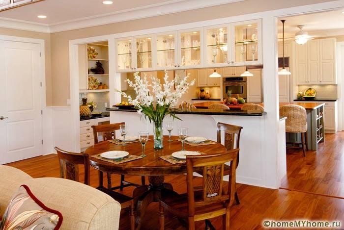 Кухню со столовой можно разделить функциональной перегородкой