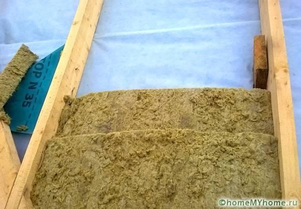 Укладка минераловатного утеплителя в два слоя поверх пароизоляционной плёнки