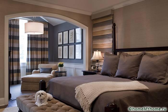 Спальню можно также поделить на несколько зон. Например, разграничить перегородкой рабочее место и спальное