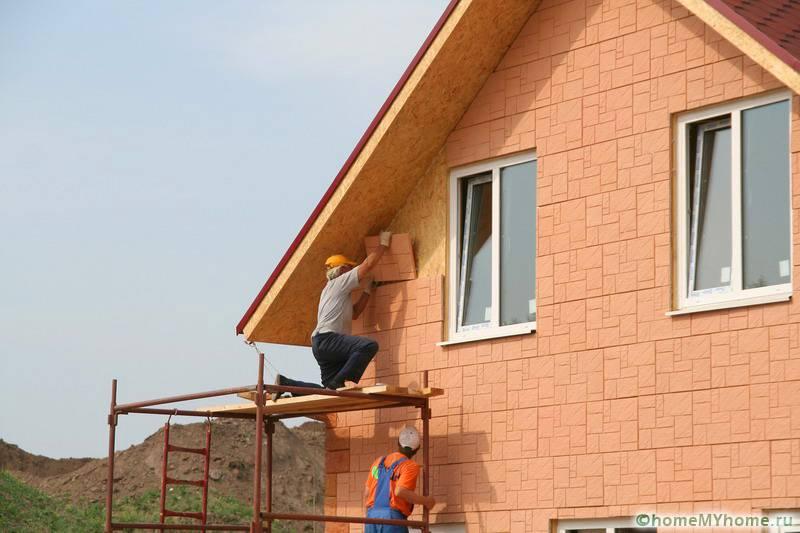 Дополнительная отделка декоративными панелями сделает здание еще более прочным и теплым