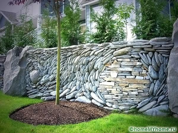 Необычным декором является каменный забор