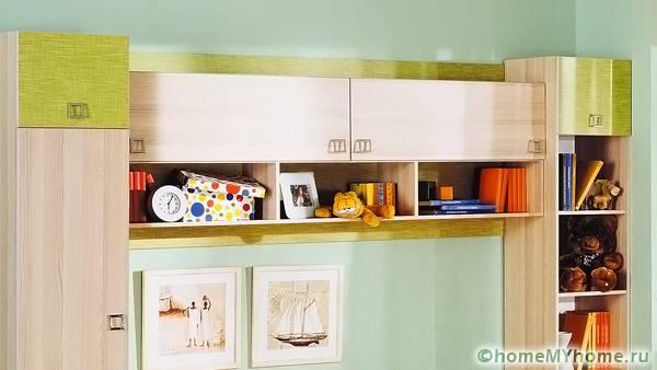 Навесные шкафы позволяют разгрузить пространство
