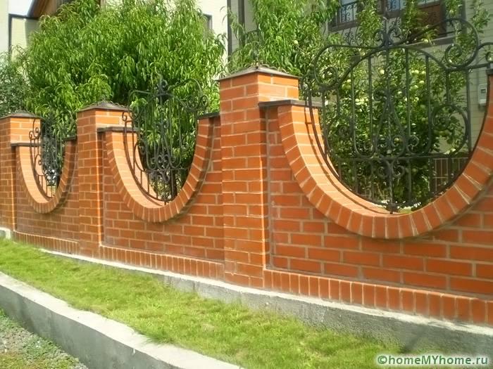 Необязательно делать сооружение полностью из кирпича, данный материал может служить достойным обрамлением