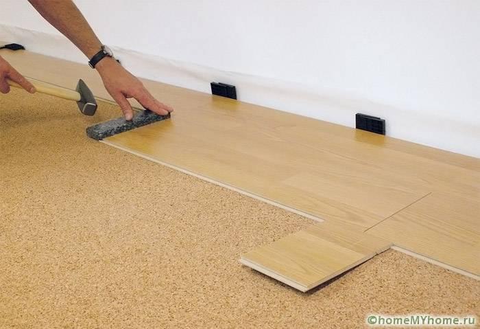 Распоры вдоль стен нужны для создания «запаса» при тепловом и влажностном расширении ламинированного покрытия